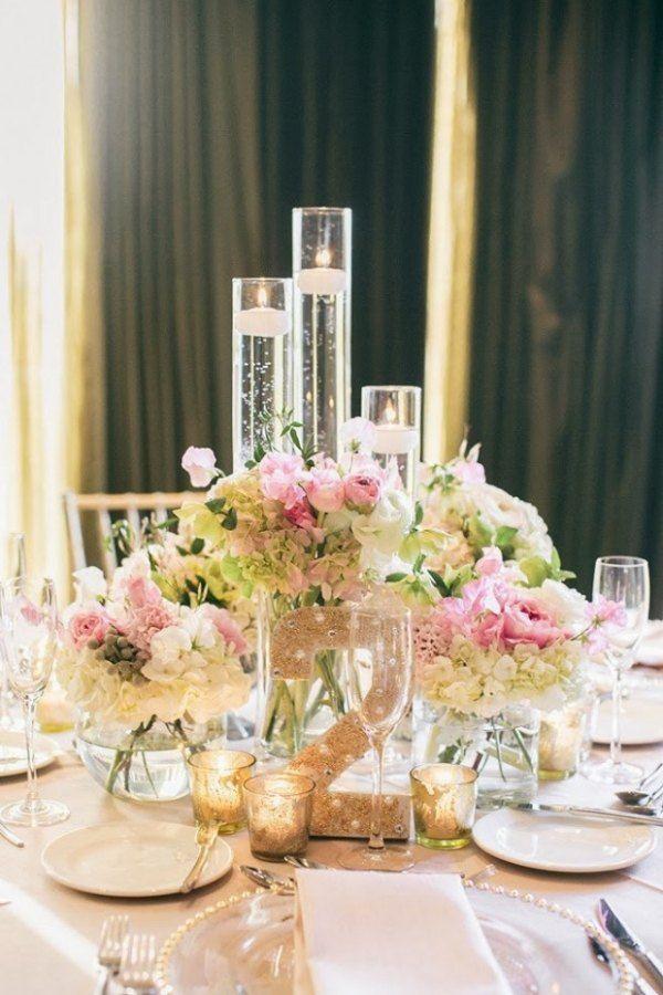 hinter dem blumenstrau sind hohe vasen mit tee licht gestellt hochzeit pinterest hohe. Black Bedroom Furniture Sets. Home Design Ideas