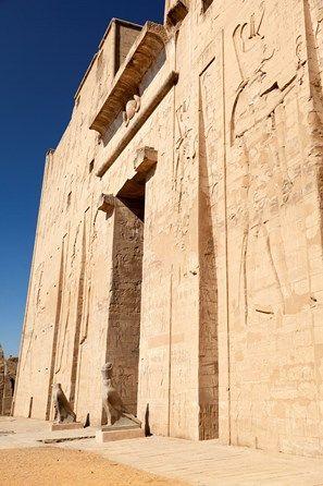 Edfu temple: Na entrada ao templo estão duas estátuas de Horus, guardando suas portas.