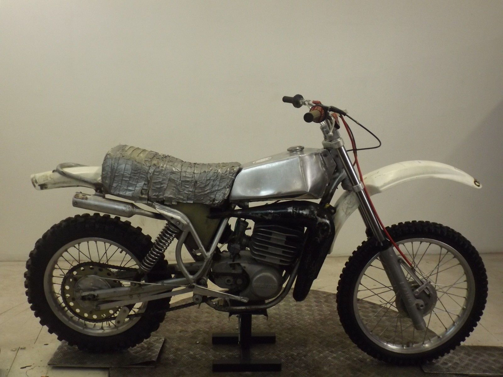 MAICO MC250 1976 2 STROKE CLASSIC TWINSHOCK MOTOCROSS BIKERESTORATION BARN FIND