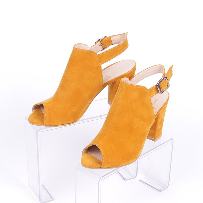 58cf8982075 Летни сандали за стилни дами с широк ток, изработени от велур в цвят  горчица.