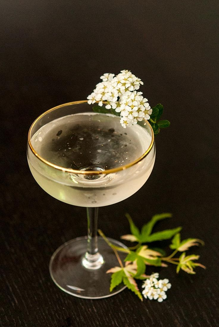 A Sparkling Elderflower Cocktail with St. Germain & Prosecco #simplecocktail