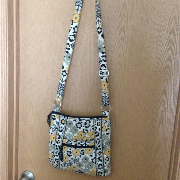 Vera Bradley cross over purse Cross body bag, used but in good condition Vera Bradley Bags Crossbody Bags