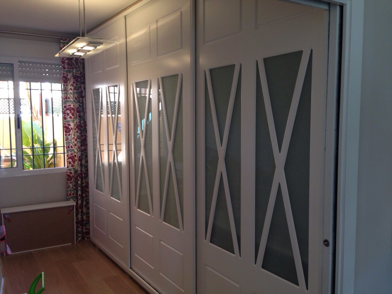 Frente de armario aspas lacado en blanco dormitorios for Revestimiento de armarios empotrados