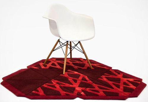 Alfombra personalizada con forma de piramide tejida con lana y seda vegetal.