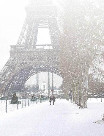 A snowy walk to the Eiffel Tower