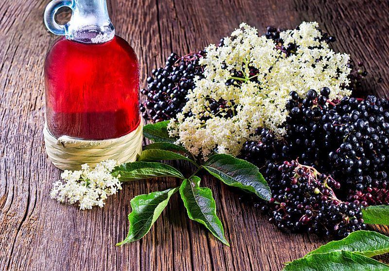 Nalewka Z Kwiatow Czarnego Bzu W Ozdobnym Gasiorze Z Uszkiem Wstawionym Do Naturalnego Koszyczka Na Drwnianym Stole Elderberry Juice Berry Fruit Fresh Berries