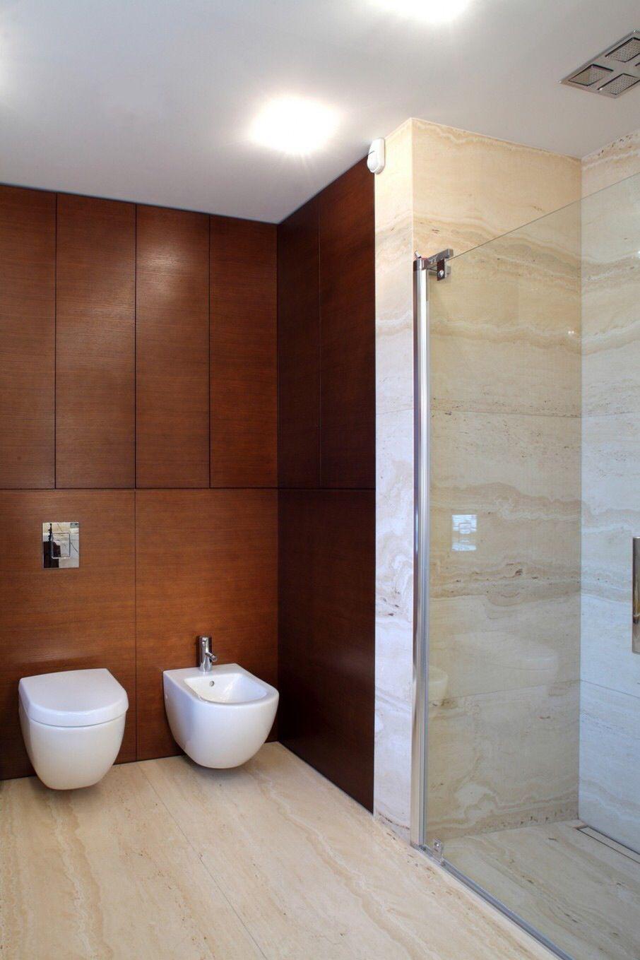 Detalle de paneles de melamina con acabado de madera en baño y el ...
