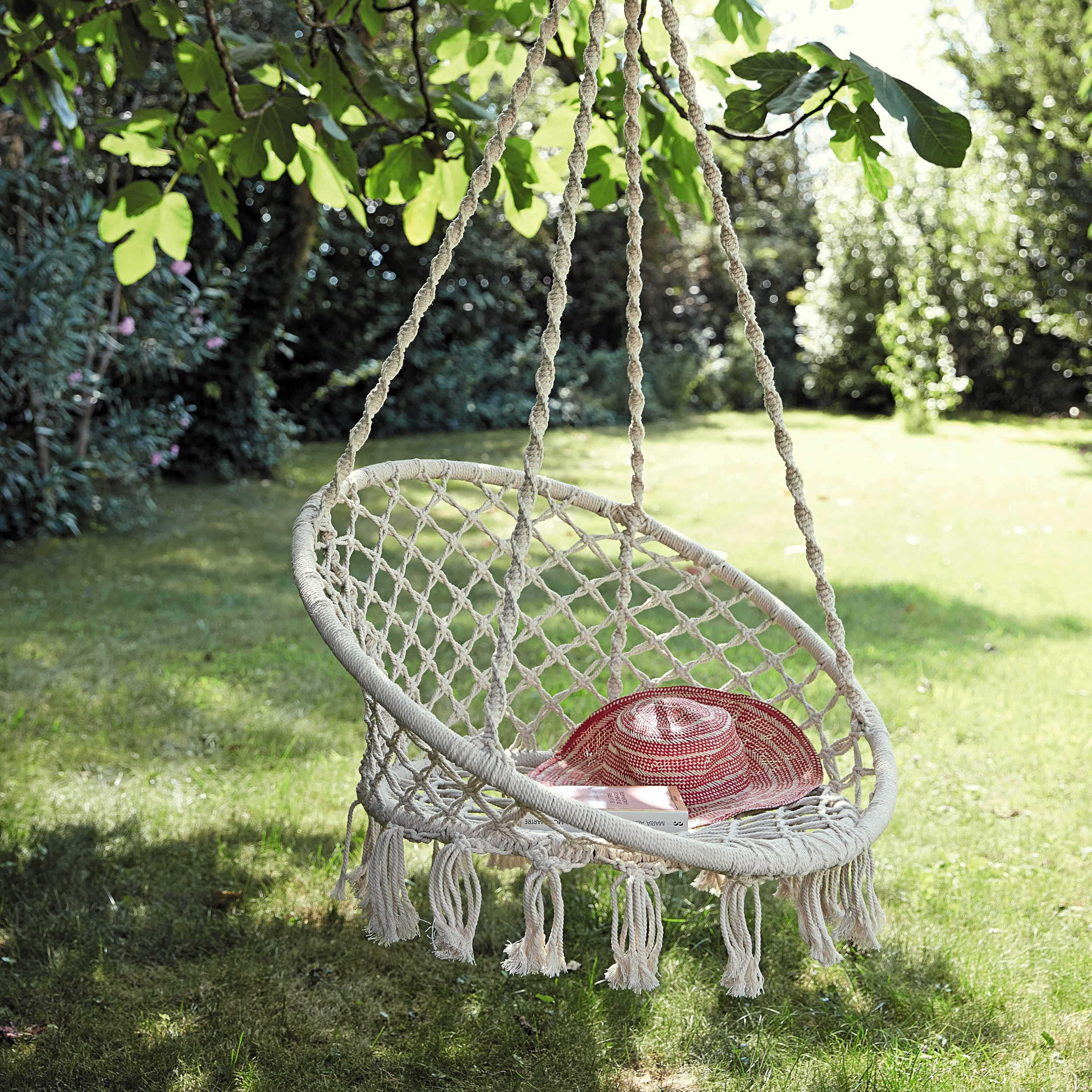 Fauteuil de jardin à suspendre tressé blanc GABRIELA | Maisons du ...