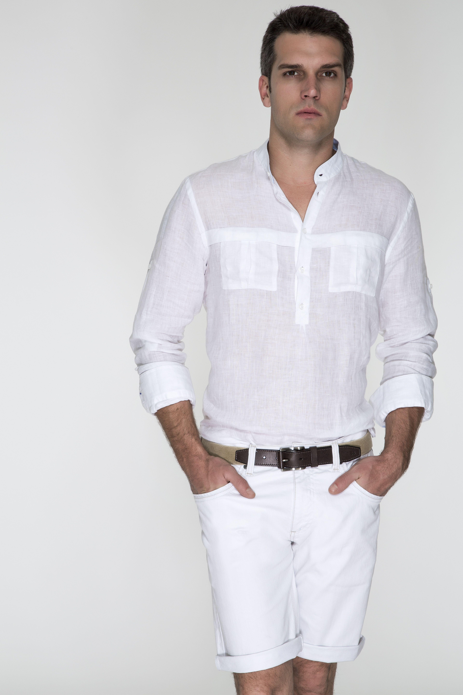 5cf6cd09d0 Bata branca de linho acompanhada de bermuda branca com barras dobradas e  cinto de couro com elástico areia. Look sofisticado para as férias.