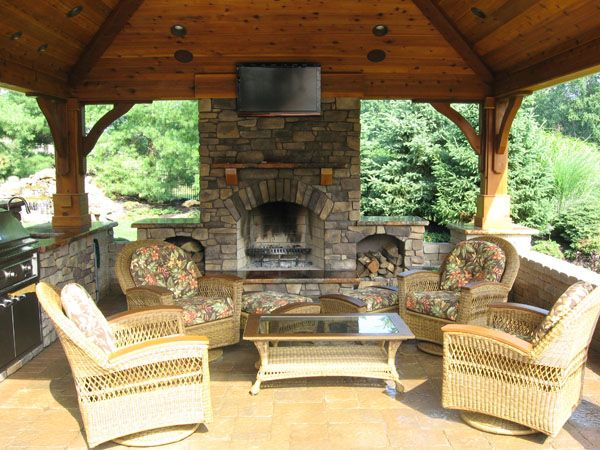 Outdoor Küchen Plan : Cozying up to the fireplace in this outdoor kitchen in the fall