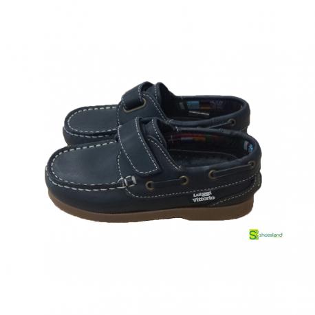 El clásico zapato para niño tipo náutico no puede faltar en el armario en  verano. a7a413ce663