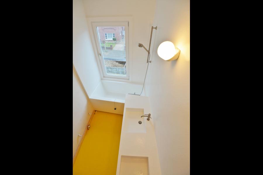 De badkamer werd constructief opgebouwd in berken multiplex om een ...