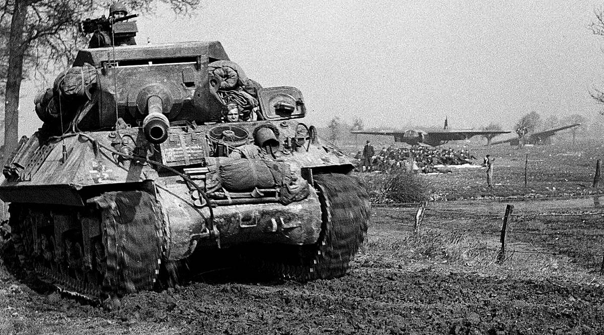 1945 A 17 Pounder Achilles Self Propelled Tank Destroyer Pows And Abandoned Gliders In The Background Tank Destroyer Airborne Forces British Tank