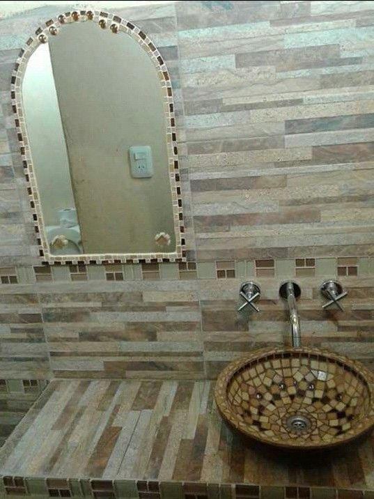Ba o decorado con bacha y espejo en mosaiquismo atenea for Espejos para banos con guardas