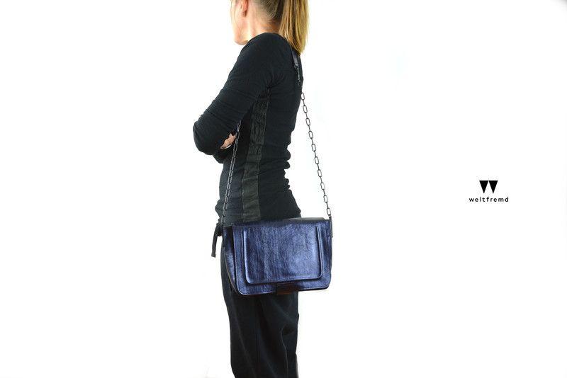 kleine Tasche  Schultertasche blau metallic Lam... von  w e l t f r e m d auf DaWanda.com