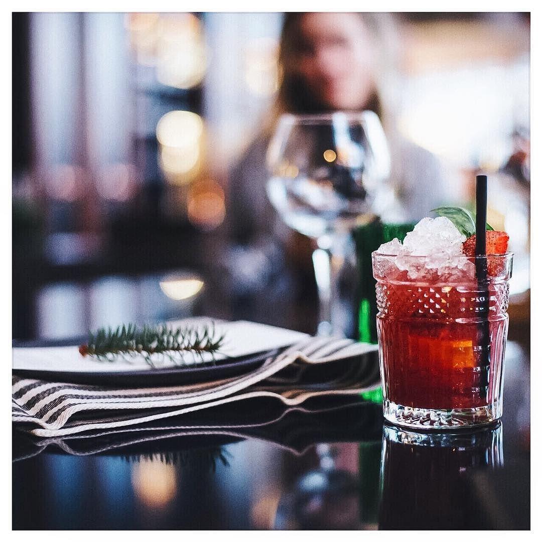Drinksujuttuja asennetyttöjä ja pimahtanut läppäri #restaurantbro #moreontheblog#yhteistyö @restaurant_bro @asennemedia  @samijamsen by viiskulma
