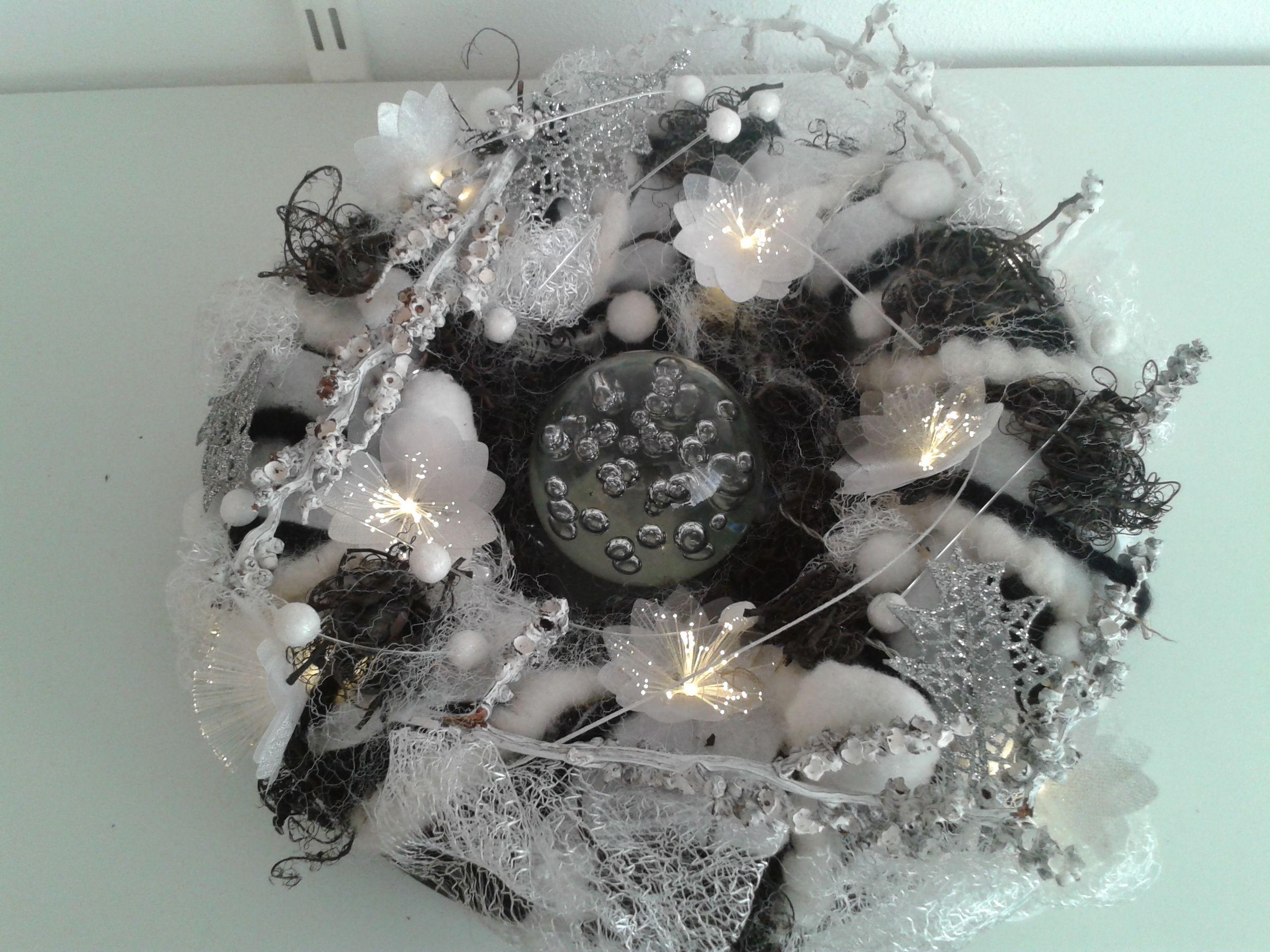 Wit zwarte kerstkrans met verlichting 2016   FE Kerstbloemstukken ...