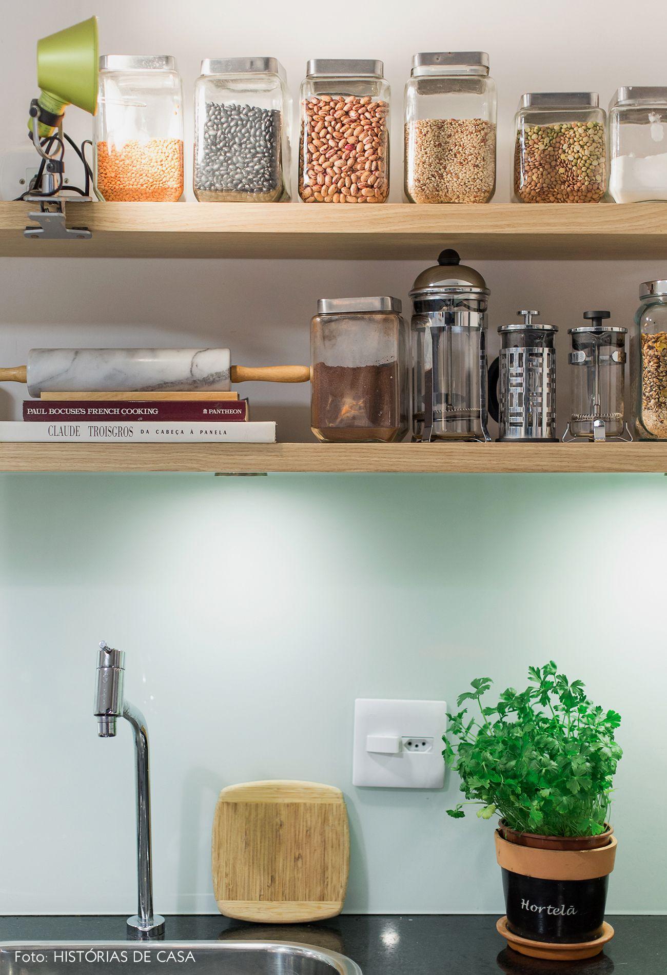 Frontão de vidro e prateleiras de madeira nessa cozinha minimal kitchen design minimalist kitchen
