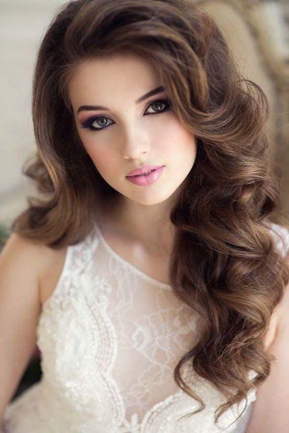 Rulos gigantes enmarcan la cara de esta novia. Peinados cabello ...