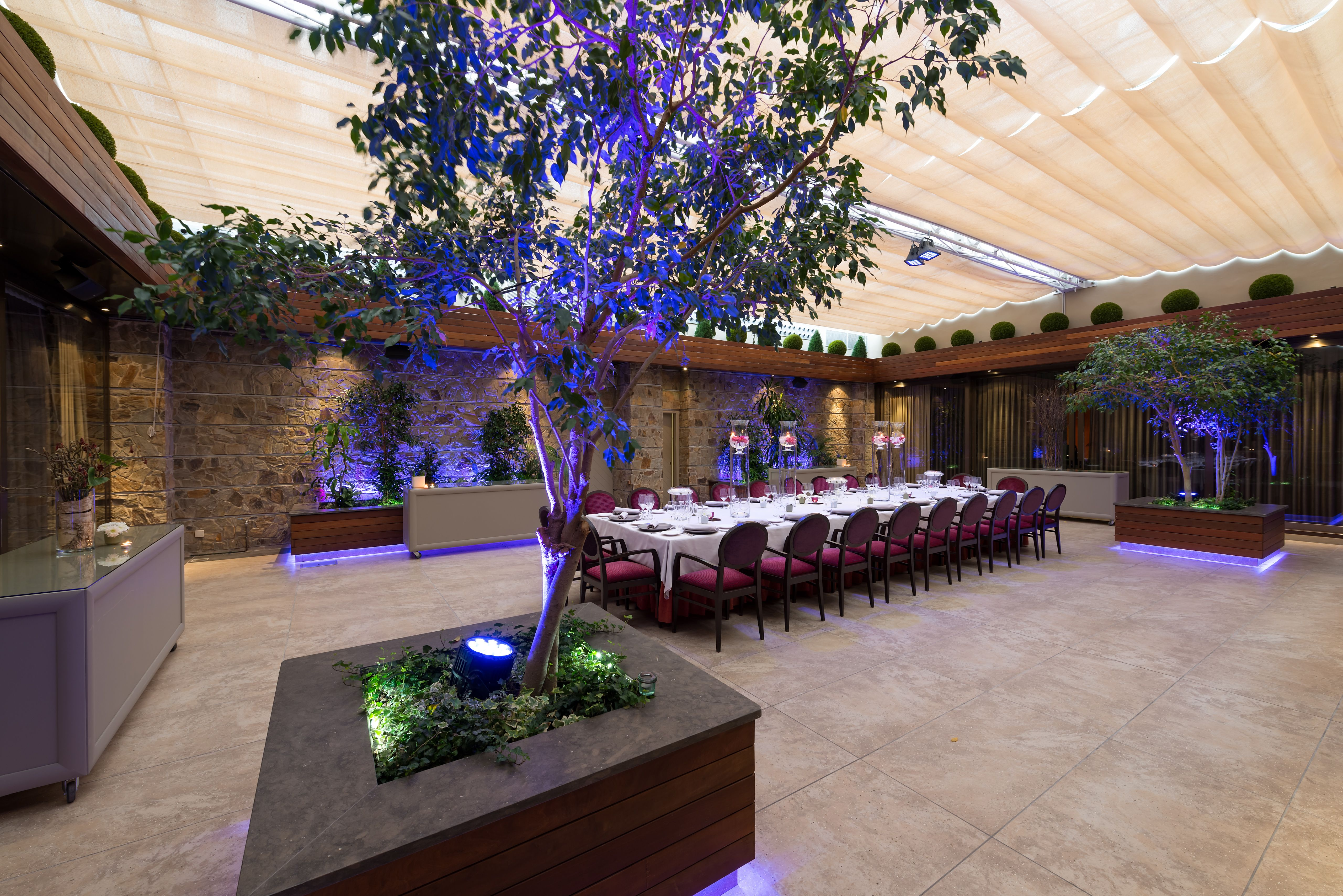 Hotel crowne plaza barcelona jard n montado para banquete for Hotel jardin barcelona