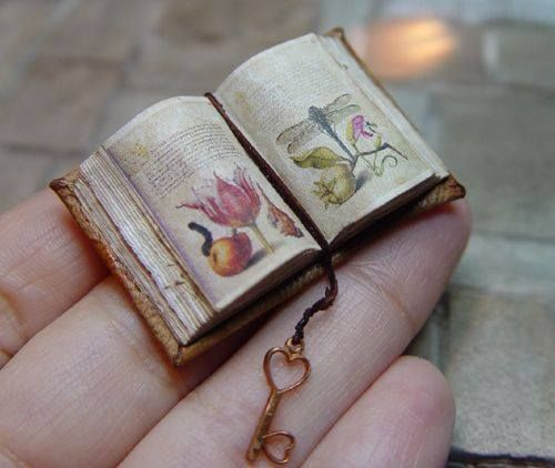 Mini-book... I <3 that little, itty-bitty key!!!