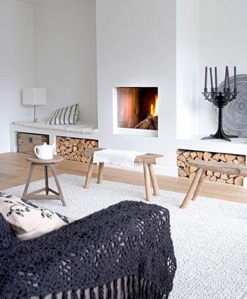Het Kleurgebruik In Deze Woonkamer Is Sober Met Veel Wit Openhaard Ontwerp Ideeen Voor Thuisdecoratie Open Woonkamer