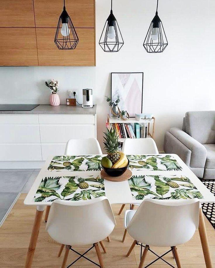 Kleine Küche im skandinavischen Stil eingerichtet ...