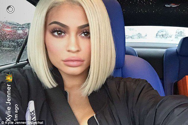 Kylie Jenner Dons Short Wig As She Flashes Gym Honed Abs Dailymail Kylie Jenner Blonde Hair Kylie Jenner Short Hair Kylie Jenner Blonde