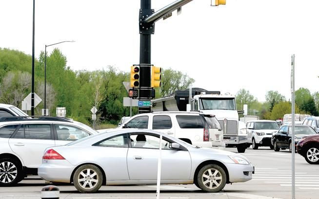 westbound drivers on arapahoe avenue in boulder wait for the light
