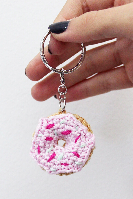 Faire et crocheter un porte-clés amigurumi en forme de beignet   – Madmoisell DIY Projekte⎪ Basteln & Selbermachen