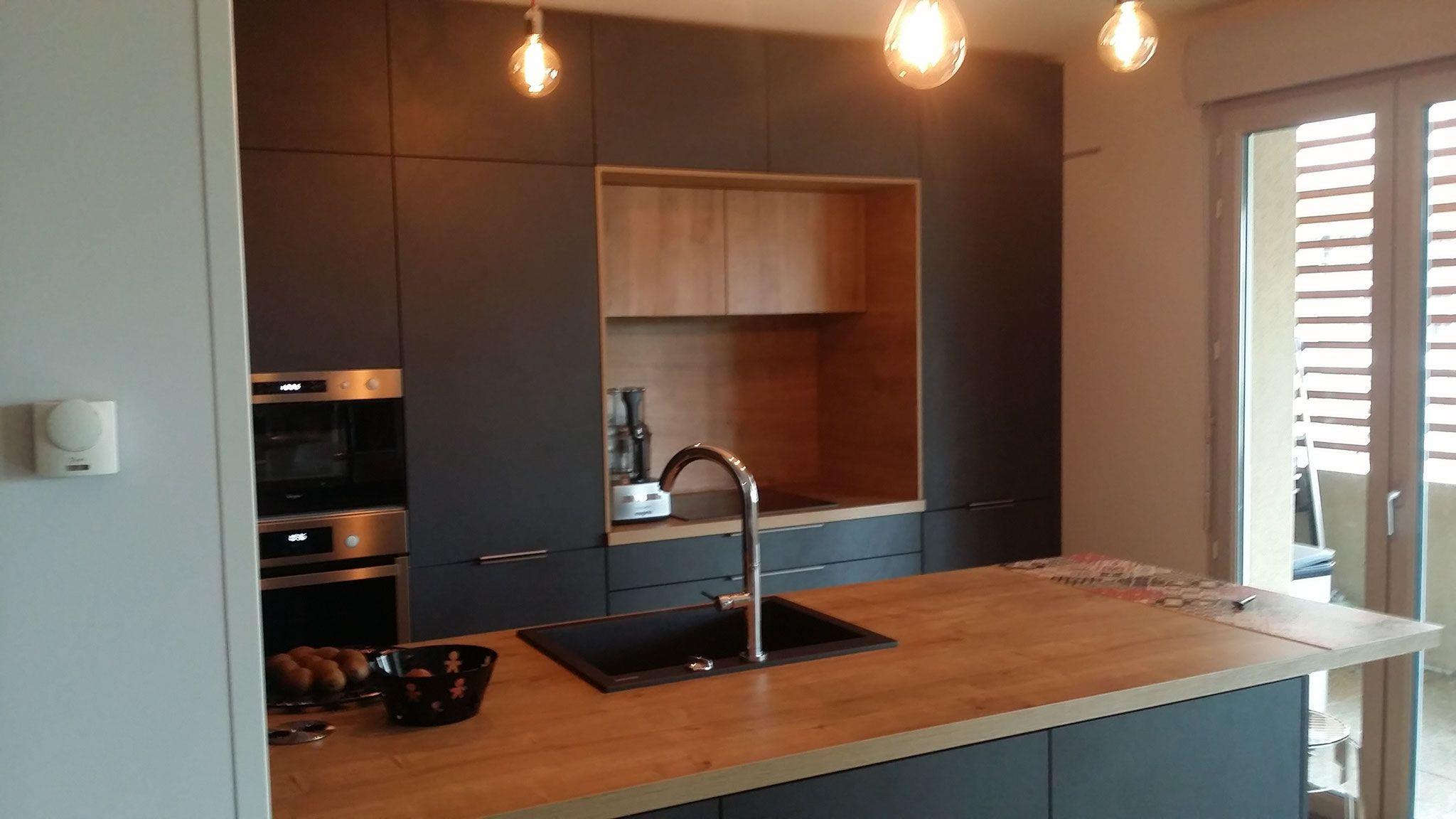 espace cuisson en niche entre les armoires hotte dissimul e par cuisine design toulouse cuisin. Black Bedroom Furniture Sets. Home Design Ideas