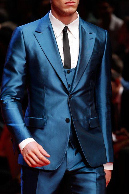 3a0eccf9a6f0d Dolce Gabbana. Colección masculina Verano 2015. Traje de dos botones con  chaleco en seda natural en azul eléctrico.