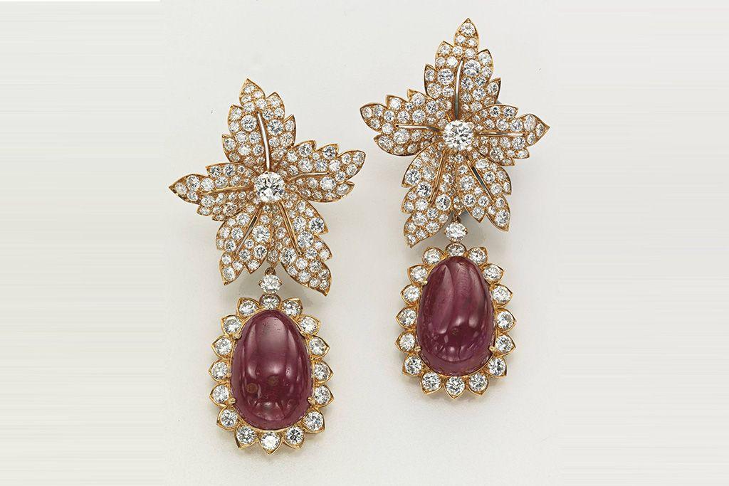 O conjunto brincos e anel de rubi de Jacqueline Kennedy foram vendidos por US$ 301.959, dentro do estimado pelos organizadores. As joias, feitas pela Van Cleef & Arpels, foram um presente de casamento de Aristotle Onassis em 1968.