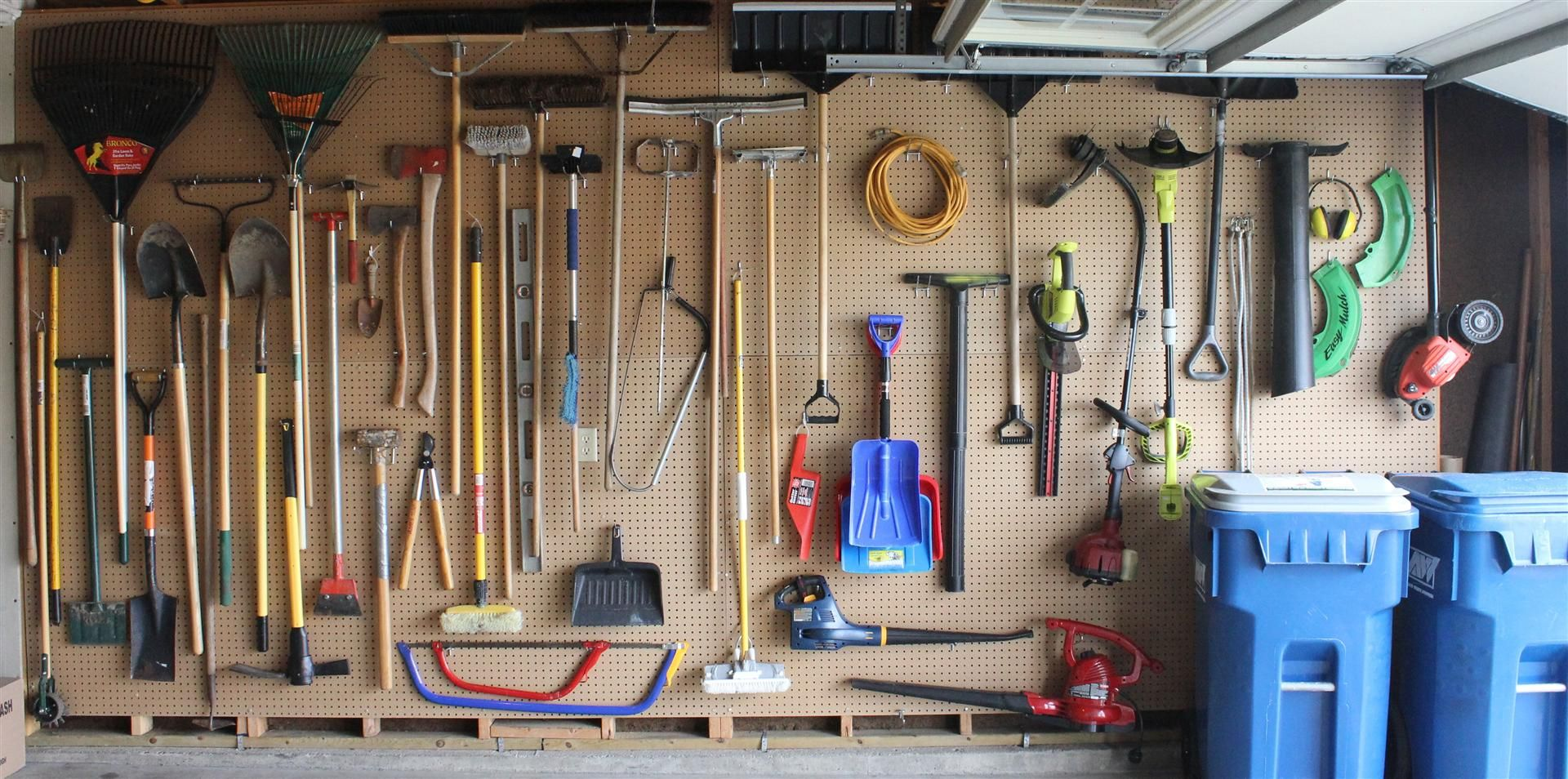 Why think small install pegboard on an entire wall of - Comment ranger les outils de jardin ...