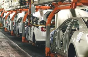 Ford Motor Company Assembly Line | Ford Taurus cars roll along the assembly line at Ford Motor Co.'s ...