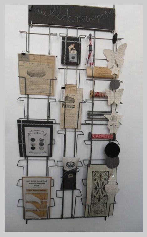 broderies et objets de brocante sur un ancien pr sentoir. Black Bedroom Furniture Sets. Home Design Ideas