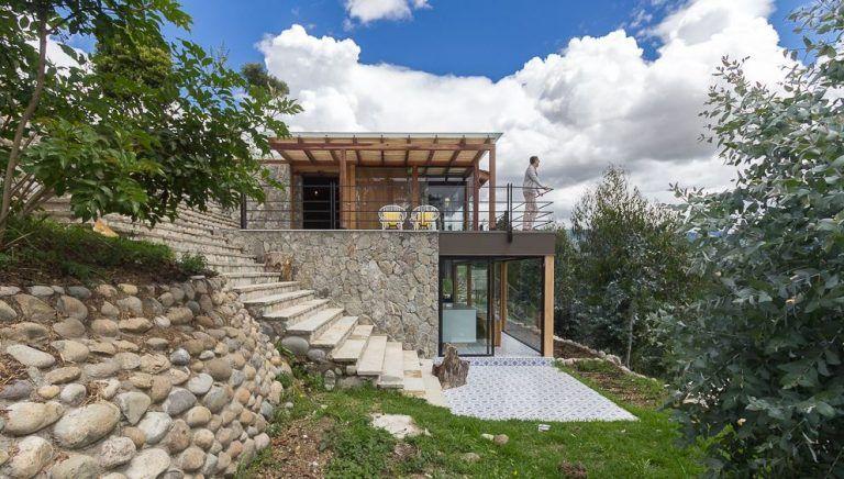 Diseno De Moderna Casa De Campo Presenta Exteriores En Piedra Con Hermosa Vista Hacia La Naturaleza Casas En Colinas Casas En Pendiente Casas De Dos Pisos