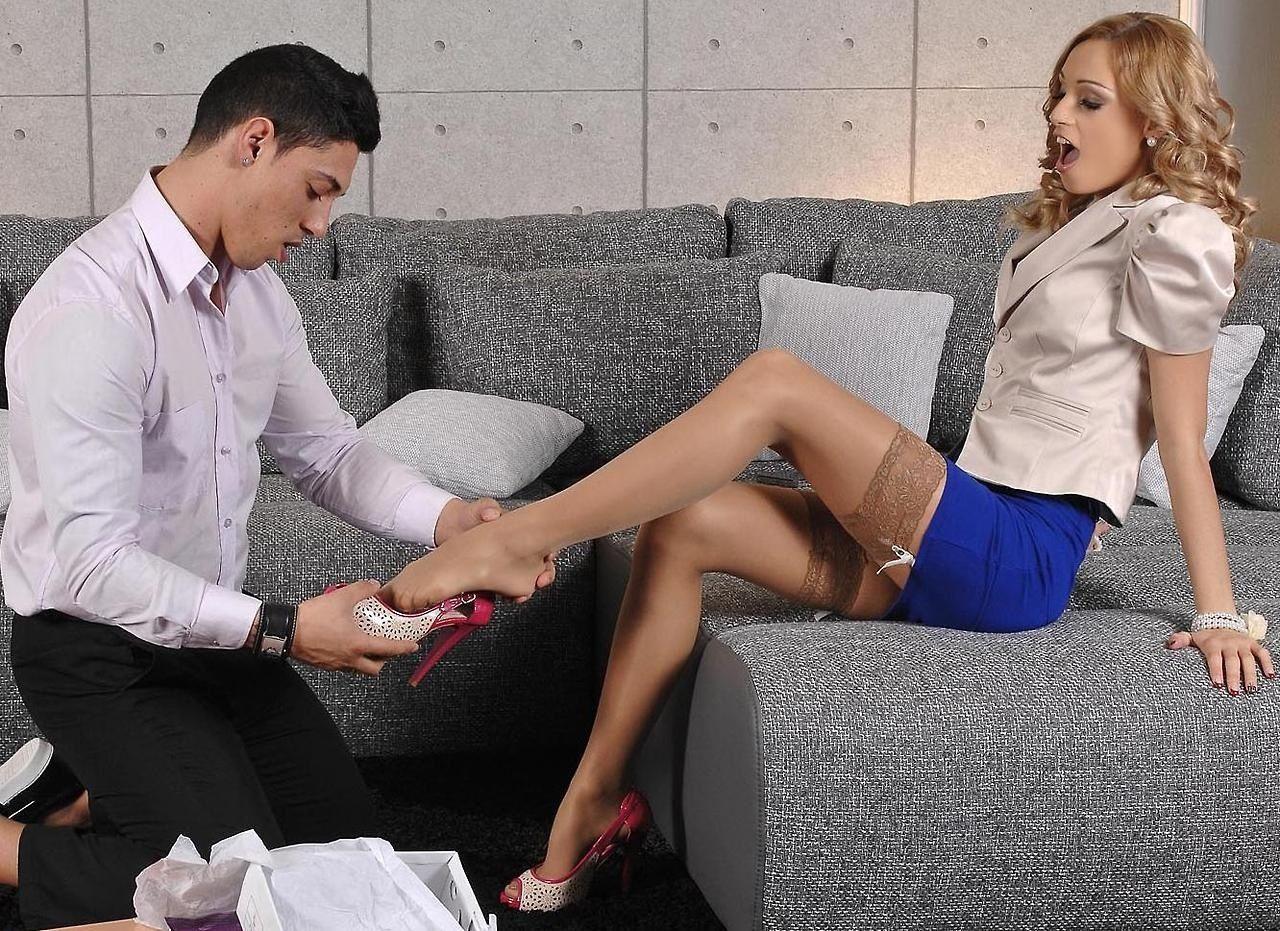 Целовать обувь студенток трахают девку чулках