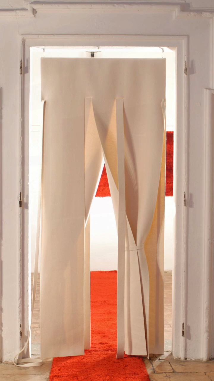 An alternative door, a felt door that doesn't divide but creates contact between spaces. #gtdesign_official #DeannaComellini #gtdesigncarpet #gtdesignrug #curtain #roomdivider #dooralternative #carpetsforexclusivespaces  #contemporarydesign #contemporaryinteriors #homeinterior #whiteinterior #inspiration #architecture #design #modernliving #interiordesignlovers