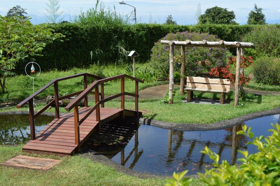 Pin de luis fernando castro roig en puentes de madera for Choza de jardin de madera techo plano