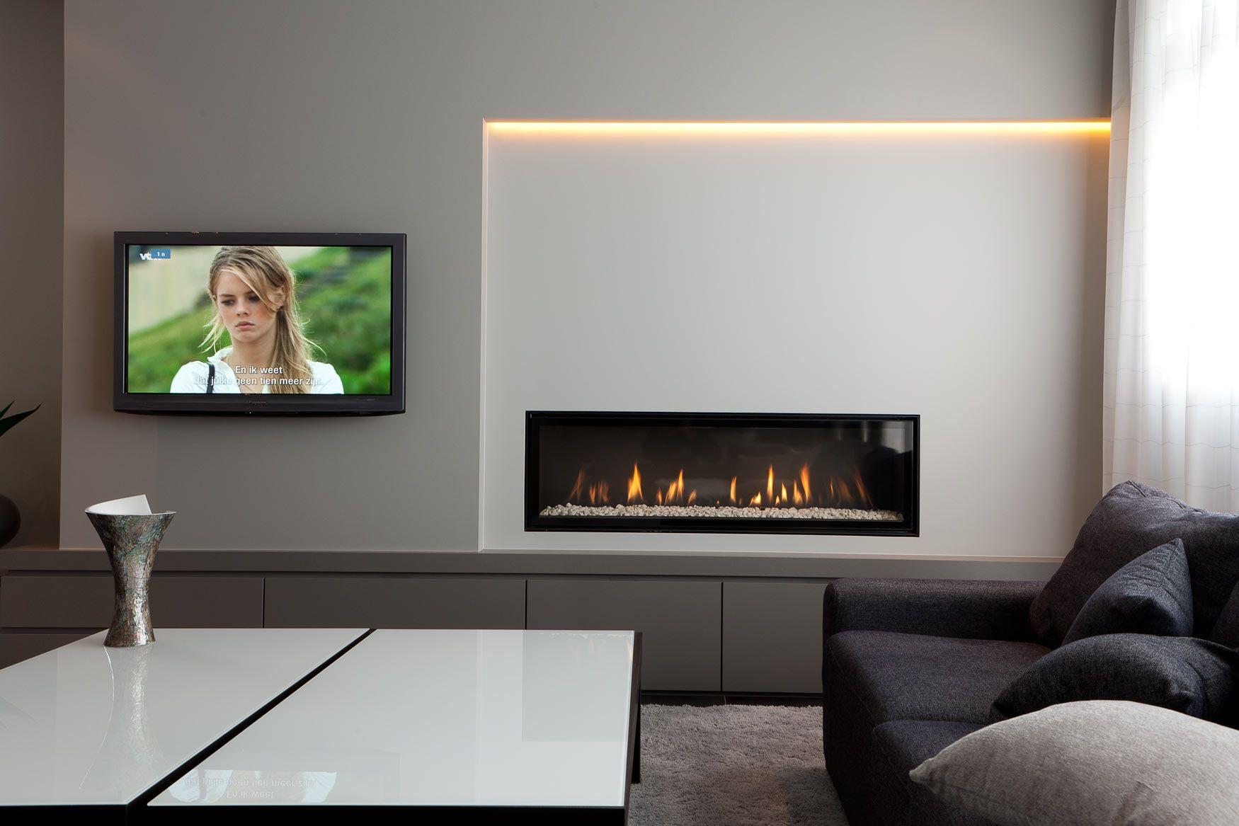 Woonkamer met open haard  Haard en TV  Living room with