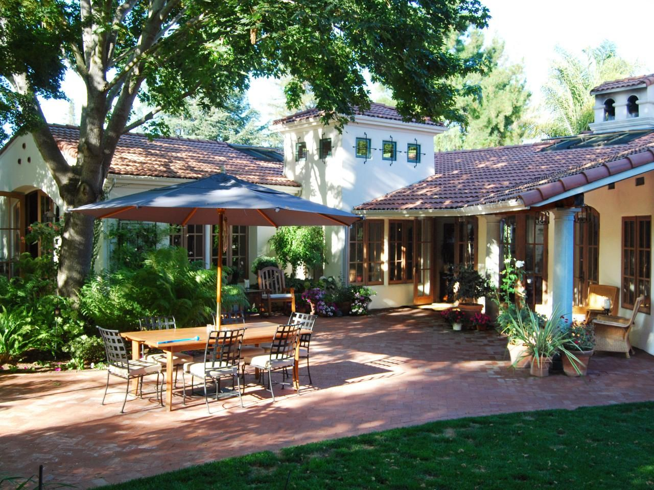 10 Spanish-Inspired Outdoor Spaces | Spanish colonial, Flagstone ...