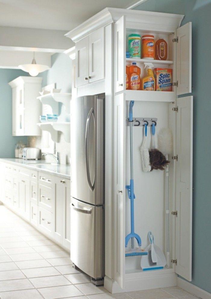 Muebles de una cocina con un pequeño gabinete al costado del refrigerador  para guardar los productos de limpieza be59b429d8a2