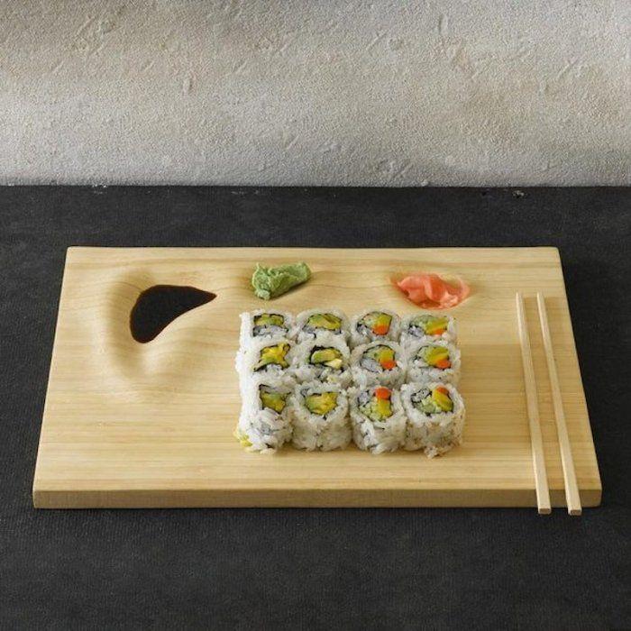 Ich muss ganz ehrlich gestehen allzu oft habe ich Sushi noch nicht selbst gemacht. Die hier gezeigte Bambus Sushi Platte würde das Ganze aber sicherlich um einiges einfacher machen. So wird die Sushi Platte handgefertigt in Brooklyn hergestellt, dabei hat man darauf geachtet nicht nur eine flache Platte zu schaffen, sondern durch entsprechende Vertiefungen beziehungsweiseContinue Reading