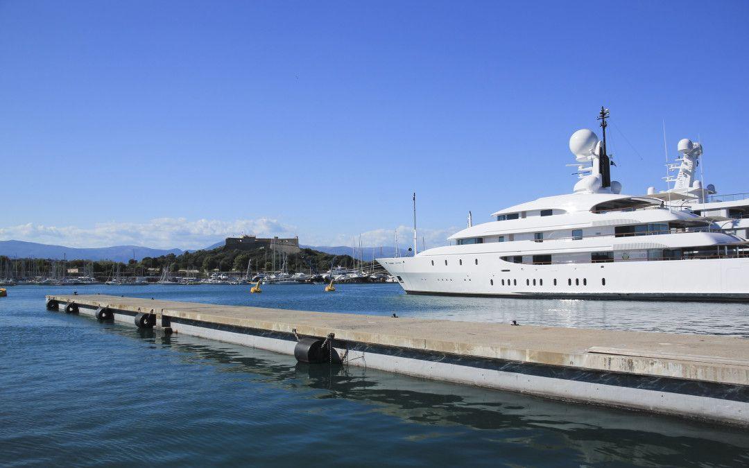 How much does a superyacht stewardess get paid super
