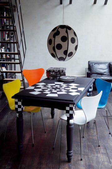 Une Table Peinte Comme Un Damier Tables Peintes Table De Salon Mobilier De Salon