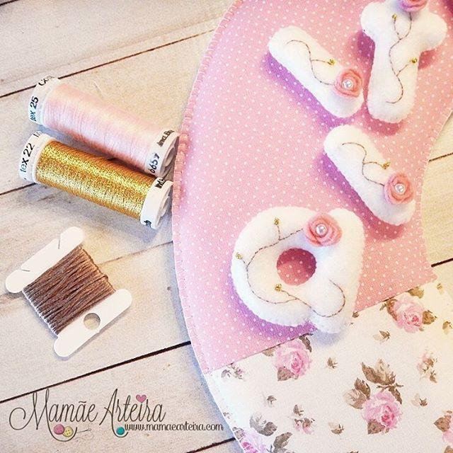 Detalhes que amo... #mamãearteira #artesanato #princesa #guirlanda #enfeitematernidade #tecidos #menina #coroa #princess #feltro #felt #feltrosantafe #eusóusofeltrossantafe #maedemenina #maternidade
