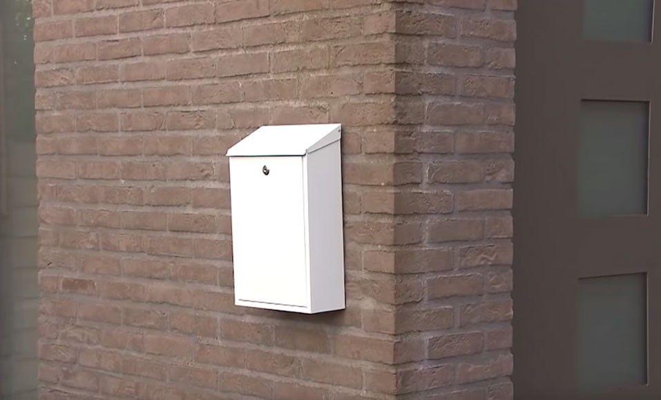 Accrocher Une Boite Aux Lettres Dans Un Mur En Briques Sans Percer Boite Aux Lettres Boite Video Bricolage