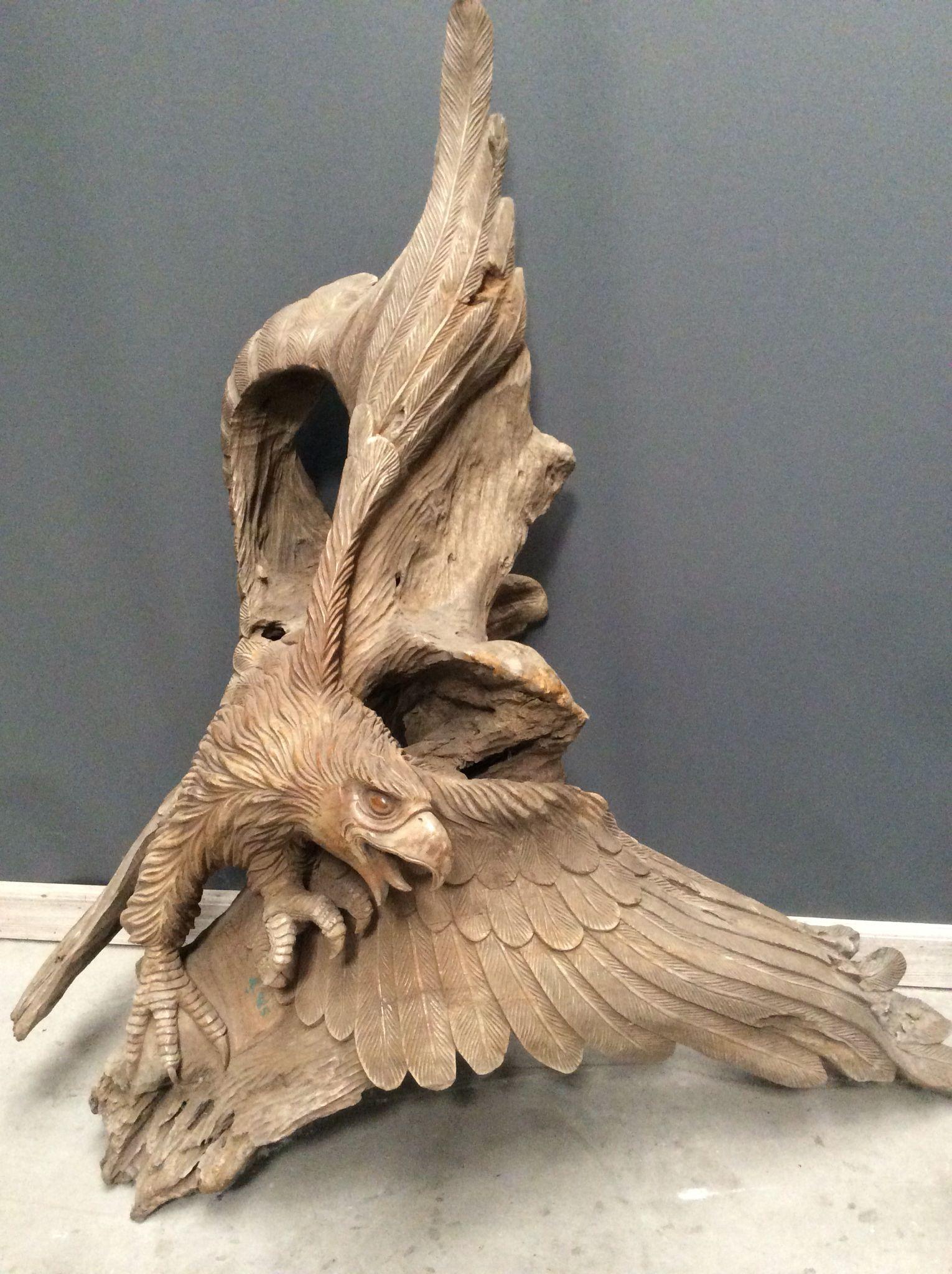 Roofvogel in hout gesculpteerd... Te koop bij Medussa Heist op den berg