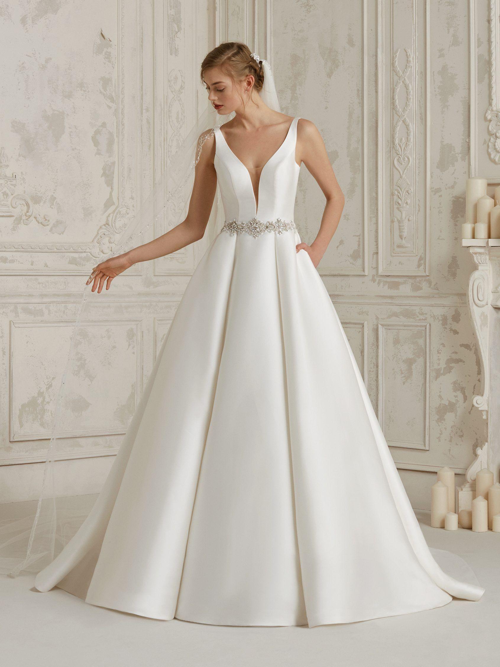 56bcee279c El clasicismo más elegante y sensual se hace vestido con esta maravillosa  propuesta princesa en mikado